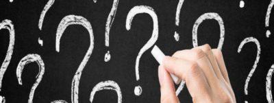 mano e punti interrogativi